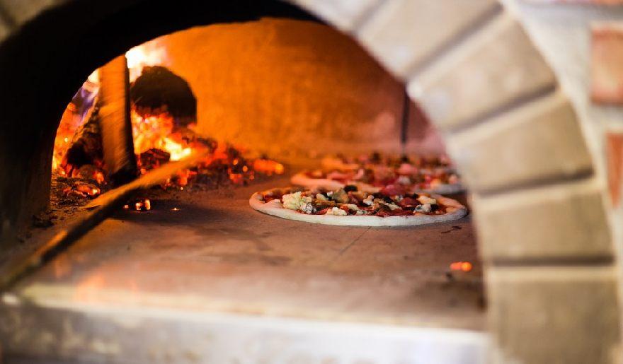Pizzeria Flott mit der besonderen knusprigen Pizza in Bonn.